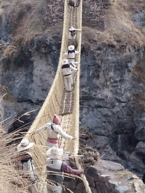 Inca rope bridge: Puente Qeswachaka, Aracari Travel