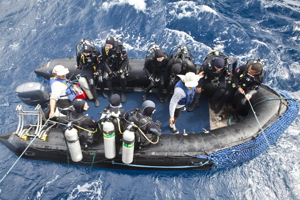 Galapagos Sky - divers ready
